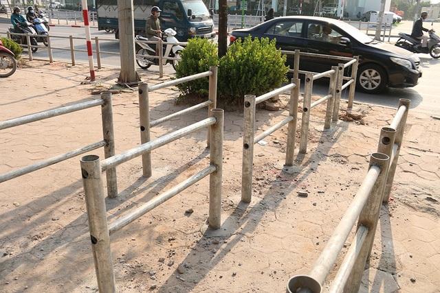 Để ngăn người dân ồ ạt đi ngược chiều ở nút giao thông Tố Hữu - Mỗ Lao (Hà Nội), cơ quan chức năng mới lập hàng rào sắt kiên cố chắn ngang vỉa hè.