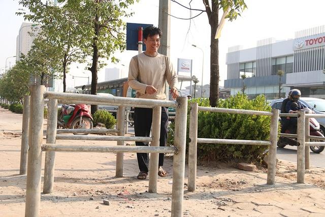Việc dựng hàng rào sắt được triển khai ngày 22/11, tuy nhiên vào sáng hôm sau người dân đi làm đã nhanh tay nhổ cọc sắt để lấy lối đi khi mà bê tông chưa kịp khô.