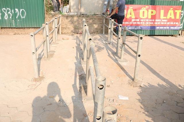 Hàng rào có chiều cao khoảng 1m, dựng thành ba lớp và có lối mở cho người đi bộ rộng chừng 60cm.