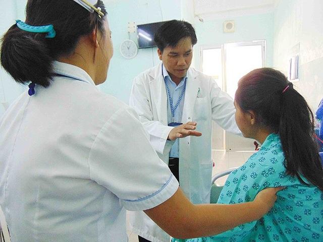 TS-BS Đinh Vinh Quang đang khám cho một học sinh lớp 12 bị trầm cảm. Ảnh: TRẦN NGỌC