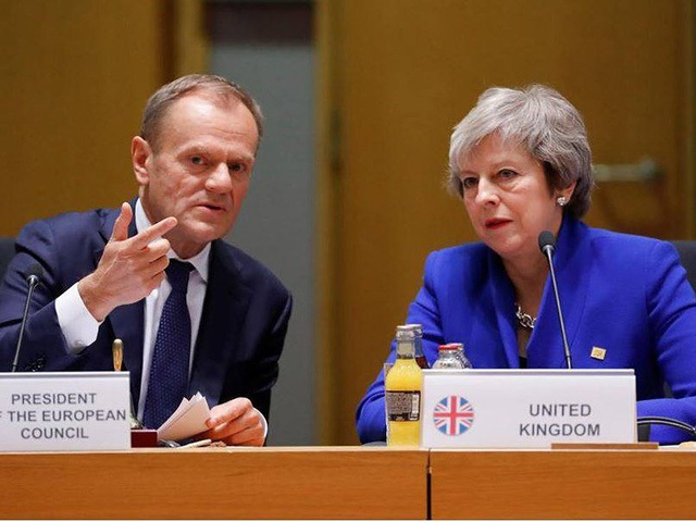 Thủ tướng Anh Theresa May (phải) và Chủ tịch Hội đồng Liên minh châu Âu (EU) Donald Tusk trong phiên họp bất thường các lãnh đạo EU nhằm thống nhất thỏa thuận Brexit , tại Brussels (Bỉ) ngày 25-11. Ảnh: REUtERS