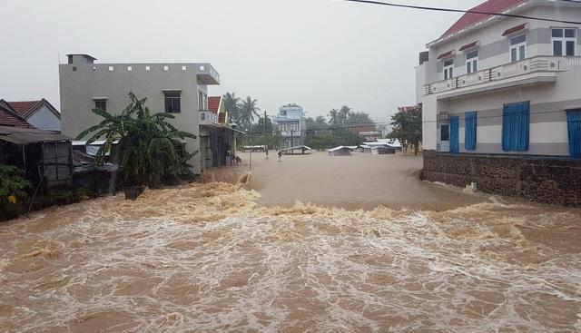 Mưa lớn gây ngập sâu, chia cắt nhiều nơi
