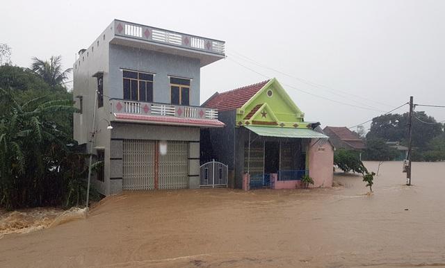 Nước lũ chảy cuồn cuộn ở Phú Yên, đôi vợ chồng thoát chết đầy may mắn - 4