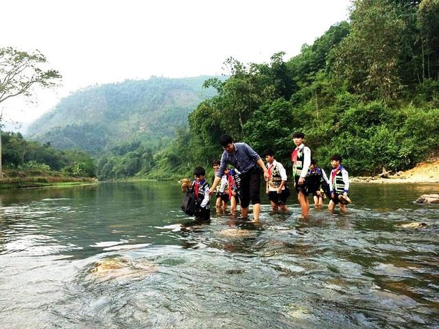 Thầy và trò trường THCS Thu Cúc (Tân Sơn - Phú Thọ) qua suối đến trường.(Ảnh: Thế Lượng)