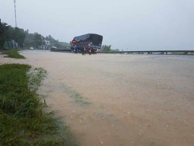 Nước lũ chảy cuồn cuộn ở Phú Yên, đôi vợ chồng thoát chết đầy may mắn - 8
