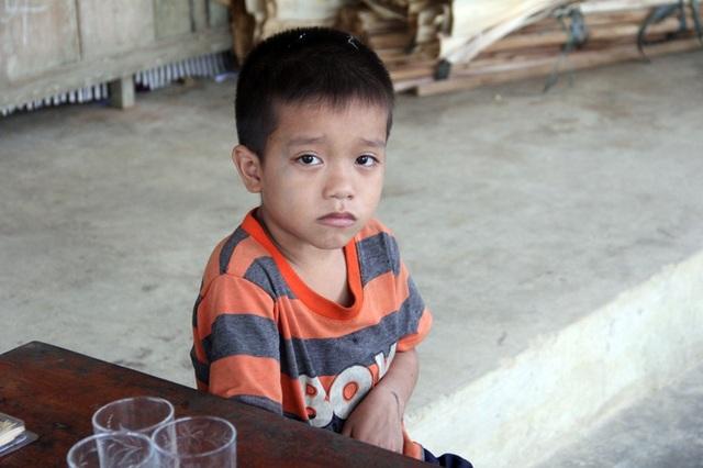 Khuôn mặt cậu bé Hiếu đượm buồn, tính cách khá nhút nhát, rụt rè.