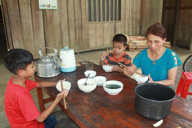 Hiếu không muốn vào chùa, cậu bé muốn sống cùng với chị Cư và hai người anh con của chị Cư.
