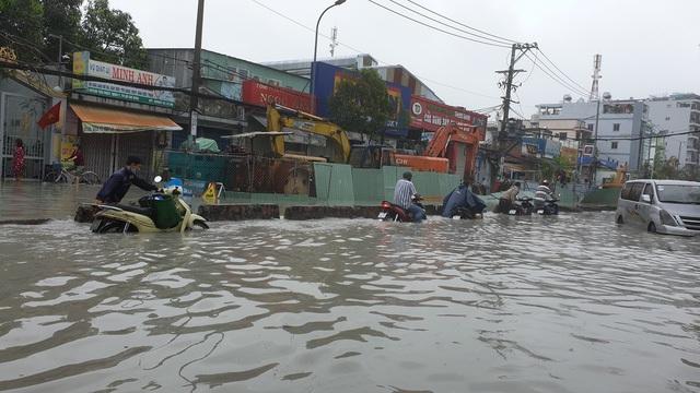 Sáng nay TPHCM nhiều nơi ngập sâu, kẹt xe kinh hoàng - 14