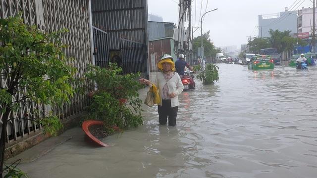 Sáng nay TPHCM nhiều nơi ngập sâu, kẹt xe kinh hoàng - 11