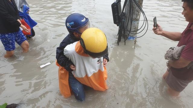 Sáng nay TPHCM nhiều nơi ngập sâu, kẹt xe kinh hoàng - 17