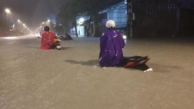 Đến 22h tối 25/11, trời vẫn mưa rất to, người dân hoang mang trong biển nước để tìm đường về nhà.