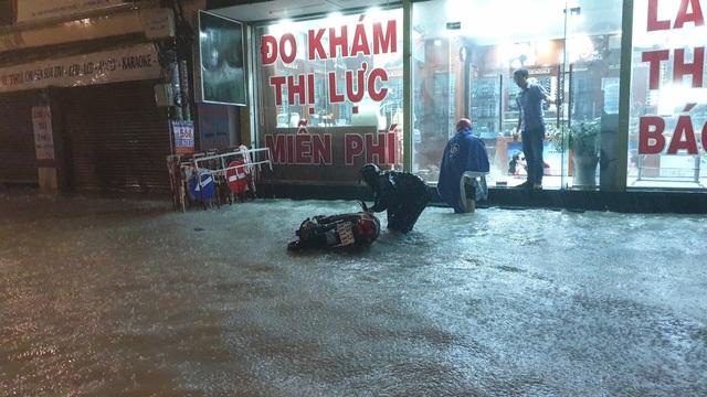 Rất nhiều người bị té ngã do đường ngập