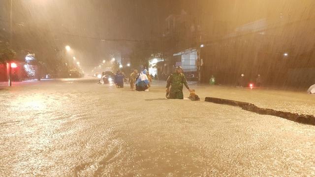 """Người Sài Gòn """"vật lộn"""" giữa biển nước, không tìm được đường về nhà - 5"""