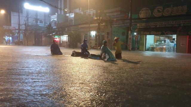 """Người Sài Gòn """"vật lộn"""" giữa biển nước, không tìm được đường về nhà - 6"""