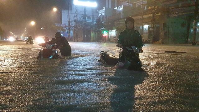 """Người Sài Gòn """"vật lộn"""" giữa biển nước, không tìm được đường về nhà - 13"""