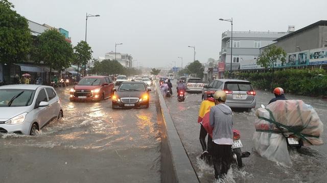Hàng loạt tuyến đường ở TPHCM bị ngập gây ảnh hưởng đến giao thông sau bão số 9