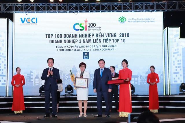 Bà Phạm Thúy Dung, Giám đốc PNJ chi nhánh miền Bắc, đại diện doanh nghiệp nhận chứng nhận 3 năm liên tiếp lọt top 10 do Chính phủ trao tặng.