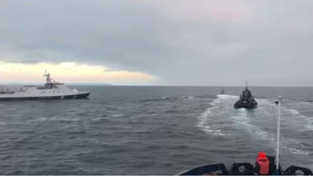 Tàu Nga và Ukraine di chuyển gần nhau trong vụ việc ngày 25/11. (Ảnh: RT)