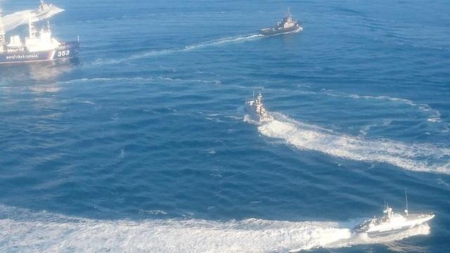 Lực lượng tuần tra Nga rượt đuổi và bắt giữ các tàu hải quân Ukraine vi phạm lãnh hải trên Biển Đen hôm 25/11. (Ảnh: Sputnik)