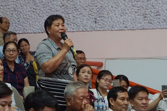 Bà Nguyễn Thị Tám (phường Bình Khánh, quận 2) trách Chủ tịch HĐND TPHCM không đưa vấn đề Thủ Thiêm ra Quốc hội. Ảnh: M.Q