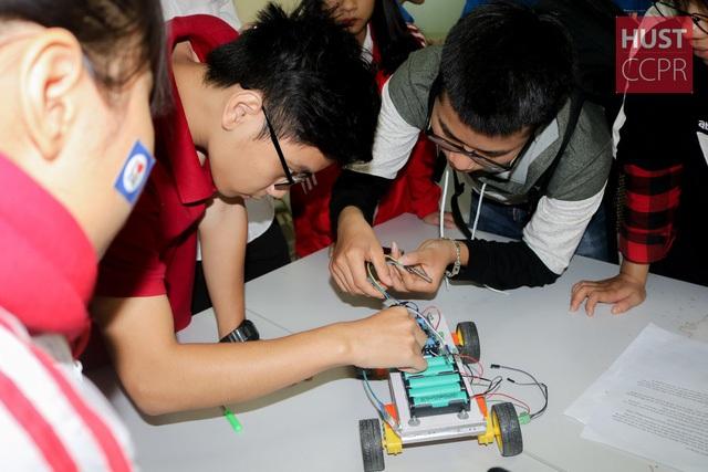 Các em học sinh thích thú khi được tự tay làm thí nghiệm