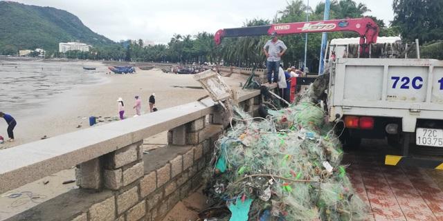 Bãi biển đầy rác và ngư cụ bị cuốn trôi