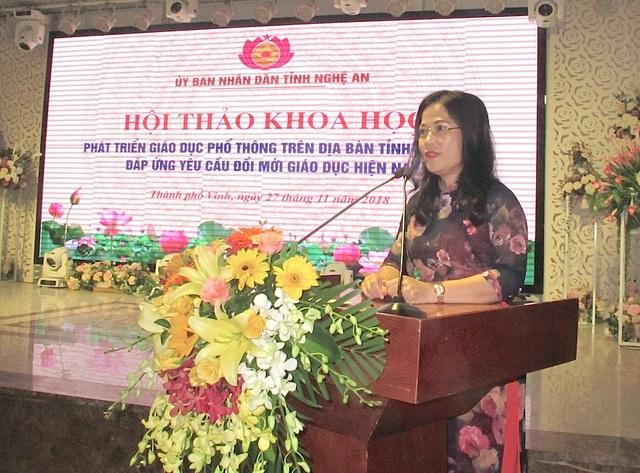 Giám đốc sở GD&ĐT Nghệ An - Nguyễn Thị Kim Chi báo cáo kết quả 5 năm thực hiện Nghị quyết 26 và Nghị quyết 29 của Trung ương về Tiếp tục đổi mới, nâng cao toàn diện chất lượng giáo dục tỉnh Nghệ An.