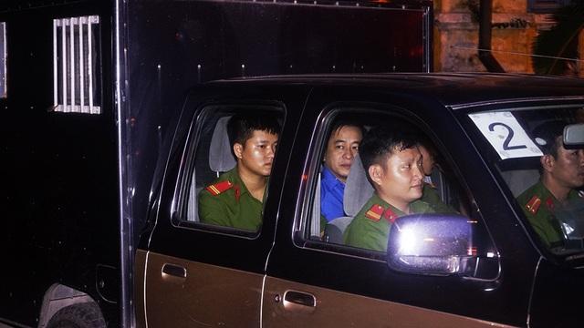 Vũ nhôm được áp giải trên một xe nghiệp vụ riêng. Dự kiến phiên tòa kéo dài tới ngày 25/12.