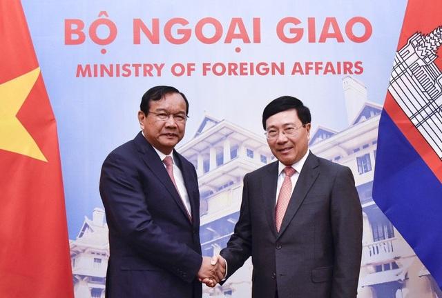 Phó Thủ tướng, Bộ trưởng Ngoại giao Phạm Bình Minh và Phó Thủ tướng, Bộ trưởng Ngoại giao và Hợp tác quốc tế Campuchia Prak Sokhonn