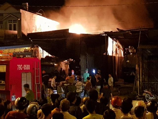 Cháy bãi đỗ xe bồn sau nhiều tiếng nổ lớn ở Nha Trang - 2
