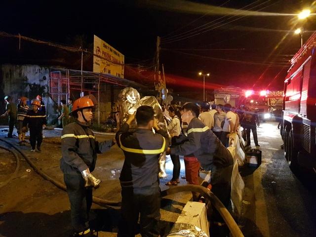 Lực lượng cứu hỏa tiếp cận hiện trường vụ cháy kinh hoàng