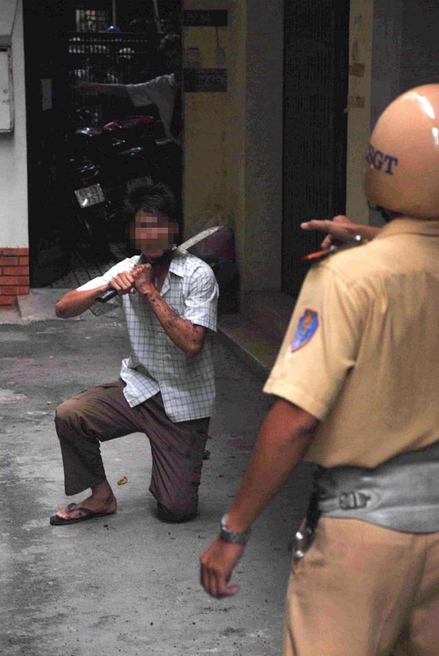 Đối tượng dọa tự tử nhưng được Thiếu úy CSGT Thanh thuyết phục bỏ dao...