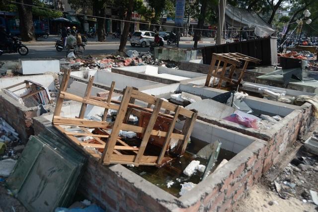 Khu nhà vệ sinh của chợ tạm sau khi tháo dỡ.