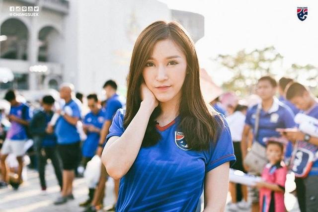 Cổ động viên Việt Nam nằm trong top đẹp nhất AFF Cup 2018 - 13