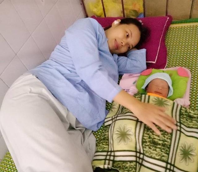 Chị Ngọc hạnh phúc bên cạnh người con trai đầu lòng