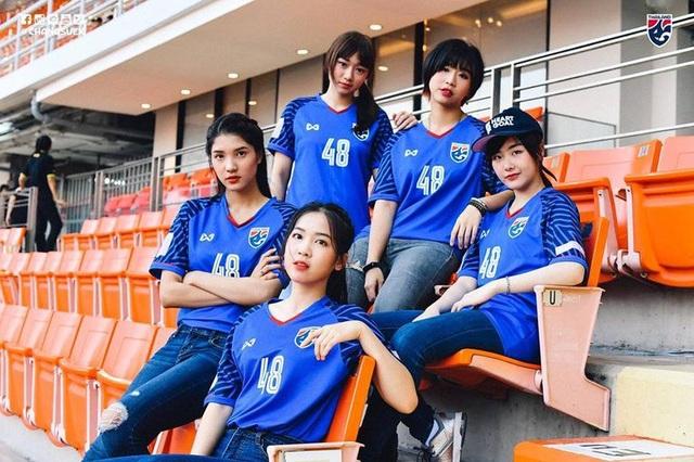 Cổ động viên Việt Nam nằm trong top đẹp nhất AFF Cup 2018 - 15