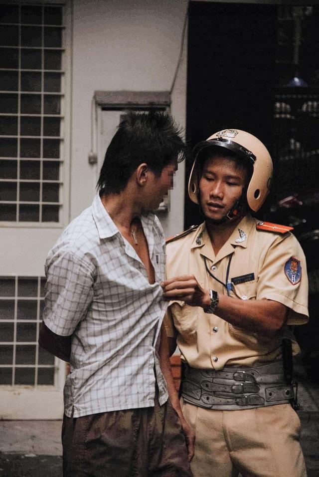 Hình ảnh chiến sĩ CSGT đối xử chân thành với đối tượng phạm tội khiến nhiều người khâm phục.