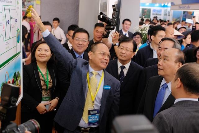 Ông Lê Thành - Viện trưởng Viện Kinh tế Nông nghiệp hữu cơ giới thiệu mô hình chuỗi giá trị ngành nông nghiệp cao cho Thủ tướng Nguyễn Xuân Phúc.