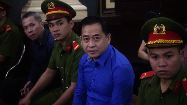 Trong phần kiểm tra căn cước, bị cáo Phan Văn Anh Vũ trả lời rành mạch HĐXX, cho biết ngoài tên trên, Vũ còn có 2 tên khác là Phan Văn Sáu và Trần Đại Vũ.