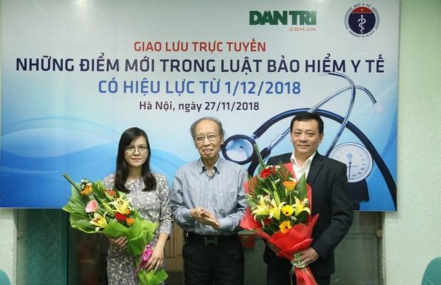 Nhà báo Phạm Huy Hoàn - Tổng biên tập Báo điện tử Dân trí tặng hoa cho hai vị khách mời.