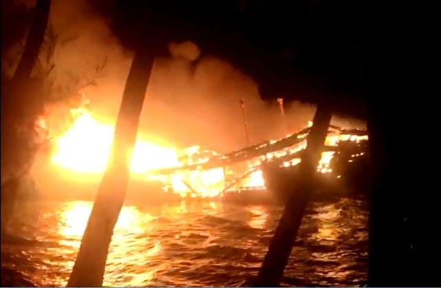 Tàu cá QNa 91775 TS bốc cháy ngùn ngụt trong đêm