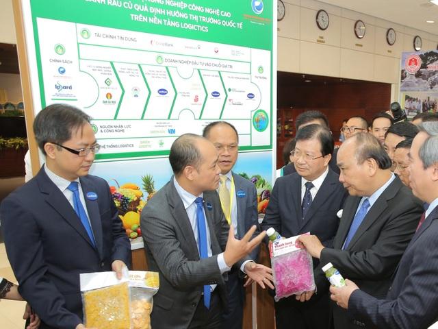 Ông Phạm Ngô Quốc Thắng - Tổng Giám đốc Công ty cổ phần Lavifood, ông Lê Thành - Viện trưởng Viện Kinh tế Nông nghiệp hữu cơ (thứ 2 và thứ 3 từ trái sang) giới thiệu sản phẩm với Thủ tướng.