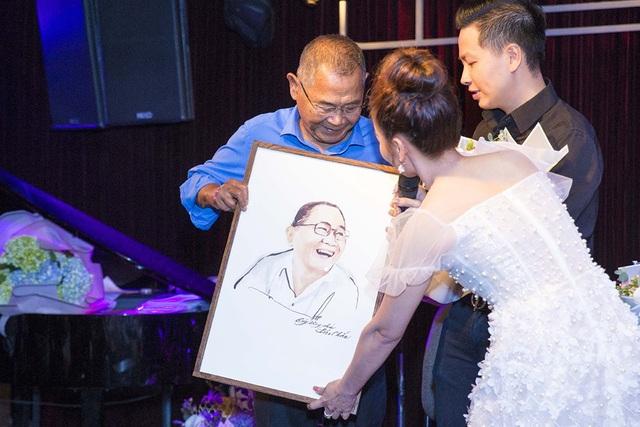 Ca sĩ Nguyễn Hải Yến tặng tranh chân dung của nhạc sĩ Bảo Chấn