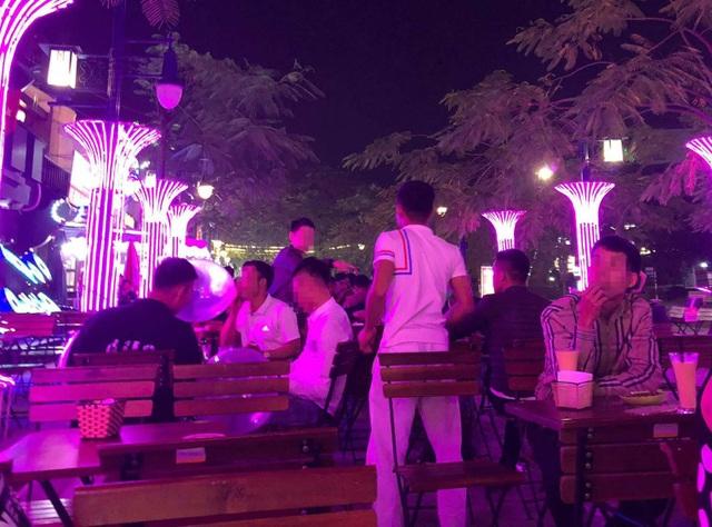 Khách vô tư hít bóng cười tại một quán bar ở Bãi Cháy.