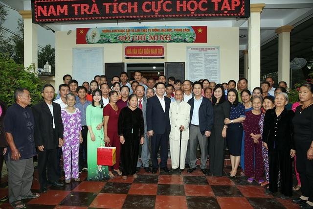 Phó Thủ tướng chụp hình lưu niệm sau khi biểu dương cấp ủy, chính quyền, bà con nhân dân thông Nam Trà
