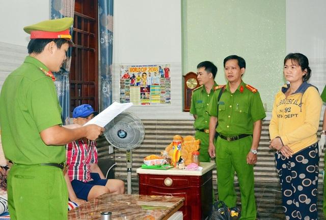Cơ quan chức năng đọc lệnh khởi tố vụ án và bắt tạm giam đối tượng Thoa
