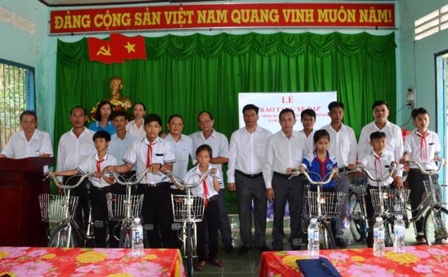 Ngoài trao hơn 15.000 suất quà cho HS nghèo, Hội Khuyến học huyện Vĩnh Thuận còn trao hàng chục xe đạp cho các học sinh không có phương tiện đến trường