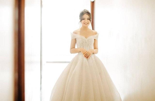 Từ khi nổi tiếng tới nay, hình ảnh thướt tha trong bộ áo dài trắng, mái tóc đen ngang vai duyên dáng cùng nụ cười tỏa nắng đã gắn liền với cô bạn.