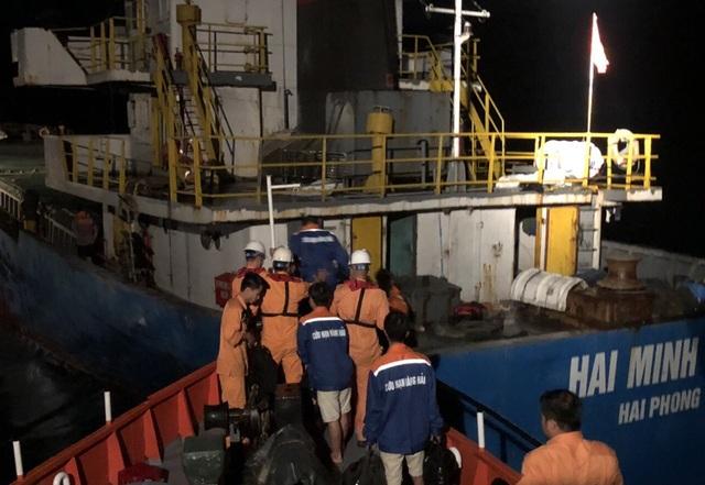 Tàu Hải Minh 36 chở 1.000 tấn tinh bột va đá ngầm ở Vịnh Vân Phong.