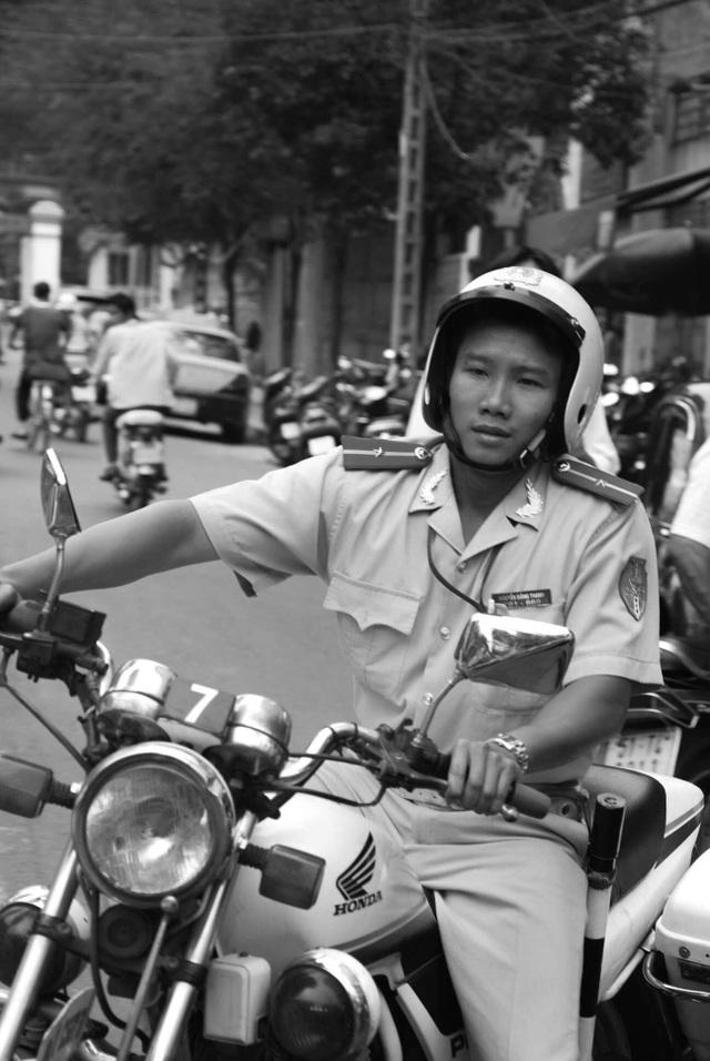 Thiếu úy CSGT Nguyễn Đăng Thanh 11 năm trước trong bộ ảnh của nhiếp ảnh gia Dave MacMillan.